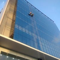 vệ sinh cửa kính các tòa nhà
